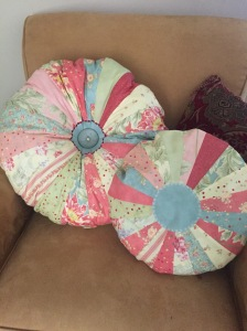Dresden Plate Pillow...Love sewing them up soooo much fun, fast and easy